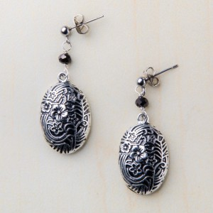 tbp-silver-toned-w-onyx-bead-filigre-flower-oval-erg